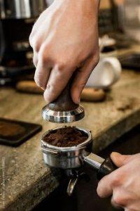 Menggiling kopi. cc.Pinterest.com