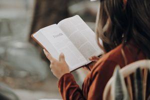 Perbanyak Bahan Referensi Dengan Cara Membacacc.Unplash/Joel Muniz